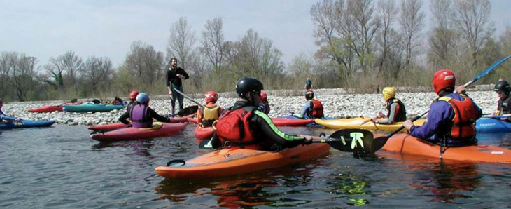 Trainer is briefing a kayak group